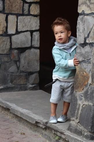 Cómo combinar: zapatillas grises, pantalones cortos grises, camiseta gris, jersey en verde menta