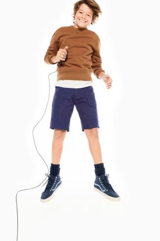 Cómo combinar: zapatillas azul marino, pantalones cortos azul marino, camiseta blanca, jersey marrón