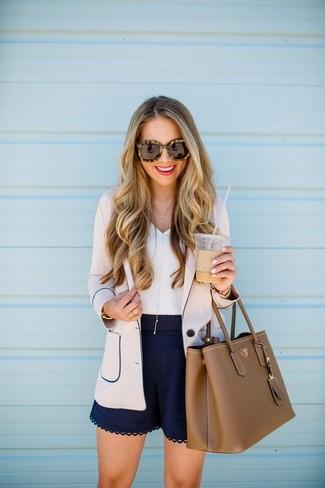 Combinar una bolsa tote de cuero marrón: Un blazer en beige y una bolsa tote de cuero marrón son una opción práctica para el fin de semana.