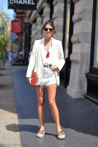Cómo combinar: sandalias planas de cuero doradas, pantalones cortos vaqueros blancos, camiseta sin manga blanca, blazer blanco