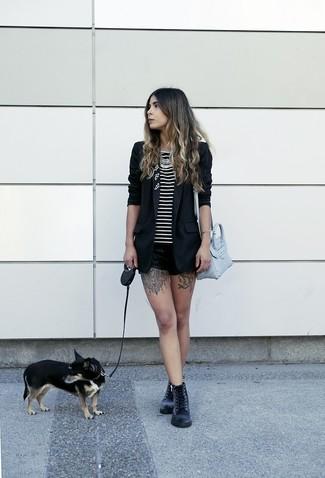 Cómo combinar: botas planas con cordones de cuero negras, pantalones cortos de cuero negros, camiseta sin manga de rayas horizontales en negro y blanco, blazer negro