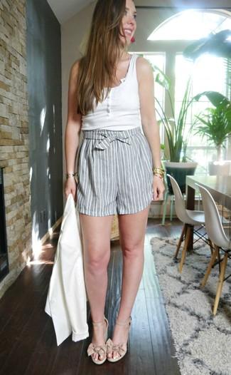 Cómo combinar: sandalias con cuña de cuero en beige, pantalones cortos de rayas verticales grises, camiseta sin manga blanca, blazer blanco