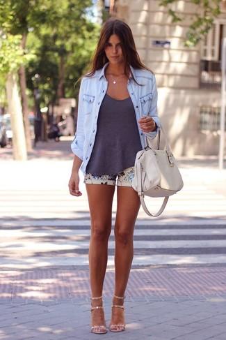 Cómo combinar: sandalias de tacón de cuero en beige, pantalones cortos con print de flores en beige, camiseta sin manga en gris oscuro, camisa vaquera celeste