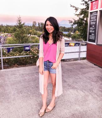 Cómo combinar: bailarinas de cuero marrón claro, pantalones cortos vaqueros azules, camiseta sin manga de seda rosa, cárdigan abierto rosado