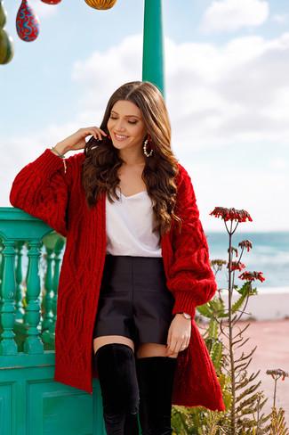 Cómo combinar: botas sobre la rodilla de ante negras, pantalones cortos de satén negros, camiseta sin manga de seda blanca, cárdigan abierto de punto rojo
