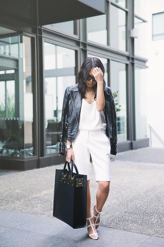 Cómo combinar: sandalias romanas de cuero blancas, pantalones cortos blancos, camiseta sin manga de seda blanca, chaqueta motera de cuero negra
