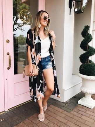 Cómo combinar: sandalias planas de ante en beige, pantalones cortos vaqueros desgastados azules, camiseta sin manga de encaje blanca, quimono con print de flores negro