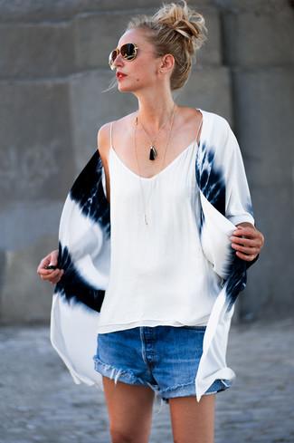 Cómo combinar: gafas de sol en negro y dorado, pantalones cortos vaqueros azules, camiseta sin manga de seda blanca, quimono efecto teñido anudado en blanco y azul marino