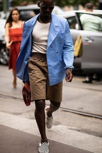 Combinar unos pantalones cortos marrón claro: Intenta combinar un blazer cruzado celeste junto a unos pantalones cortos marrón claro para lograr un estilo informal elegante. ¿Quieres elegir un zapato informal? Opta por un par de zapatillas slip-on de lona a cuadros en negro y blanco para el día.