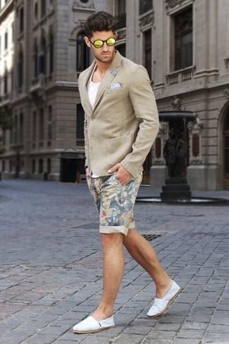 Cómo combinar: alpargatas de lona blancas, pantalones cortos con print de flores en beige, camiseta sin mangas blanca, blazer en beige