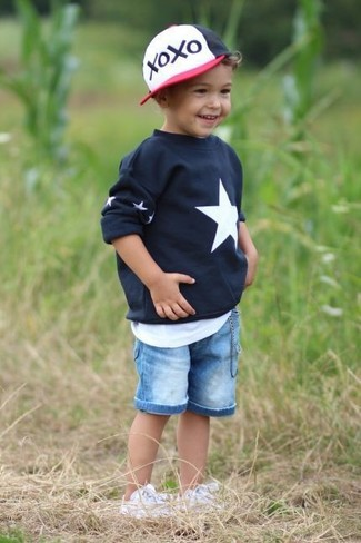 Look de moda: Zapatillas blancas, Pantalones cortos vaqueros celestes, Camiseta sin mangas blanca, Jersey de estrellas negro