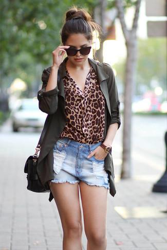 Cómo combinar: bolso bandolera de cuero negro, pantalones cortos vaqueros desgastados celestes, blusa de manga larga de leopardo marrón claro, anorak verde oscuro