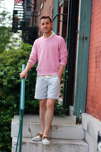 Cómo combinar: náuticos de lona blancos, pantalones cortos estampados celestes, camisa de manga larga de cuadro vichy amarilla, jersey con cuello circular rosado