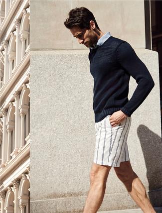 Combinar un jersey con cuello circular azul marino en verano 2020: Intenta ponerse un jersey con cuello circular azul marino y unos pantalones cortos de rayas verticales blancos para una apariencia fácil de vestir para todos los días. Este look es una idea ideal si tu en busca de un look veraniego.