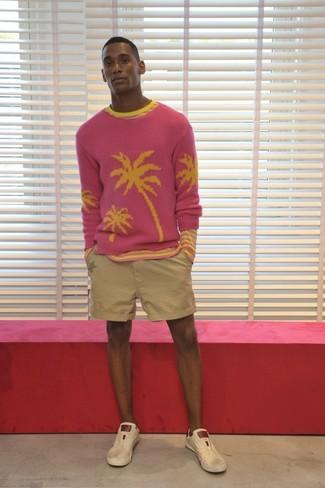 Cómo combinar: tenis de cuero en beige, pantalones cortos en beige, camiseta de manga larga de rayas horizontales rosada, jersey con cuello circular rosa