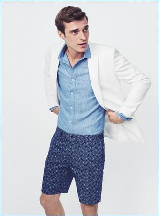 Cómo combinar: pantalones cortos estampados azul marino, camisa de manga larga de cambray azul, blazer blanco