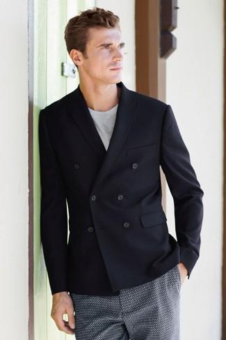 Cómo combinar: pantalones cortos estampados azul marino, camiseta con cuello circular gris, blazer cruzado negro