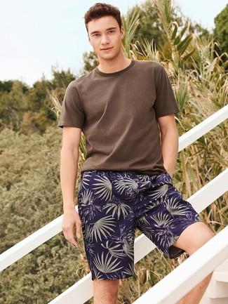 Cómo combinar: pantalones cortos estampados azul marino, camiseta con cuello circular marrón