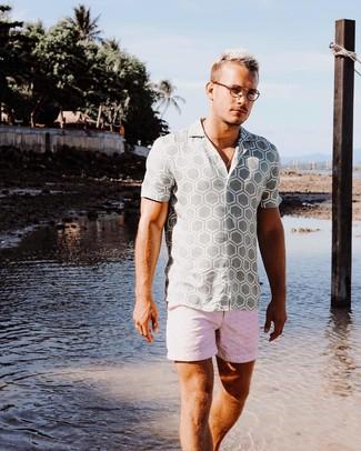Cómo combinar: pantalones cortos estampados rosados, camisa de manga corta estampada gris
