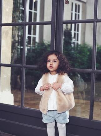 Cómo combinar: medias blancas, pantalones cortos grises, camisa de vestir blanca, chaleco de pelo en beige