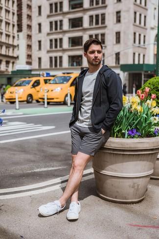 Cómo combinar: tenis blancos, pantalones cortos grises, camiseta con cuello circular gris, sudadera con capucha en gris oscuro