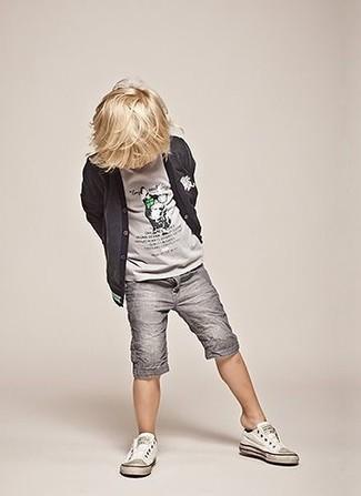 Cómo combinar: zapatillas blancas, pantalones cortos grises, camiseta gris, cárdigan en gris oscuro