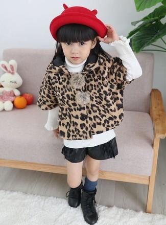 Cómo combinar: botas negras, pantalones cortos de cuero negros, jersey blanco, abrigo de leopardo marrón claro