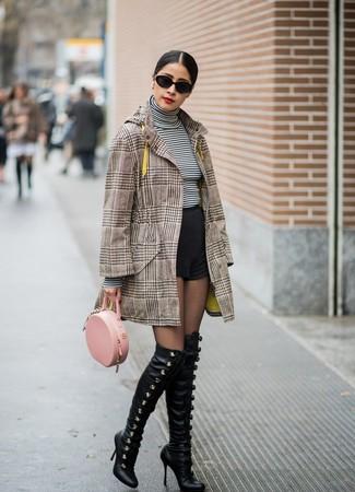 Cómo combinar: botas sobre la rodilla de cuero negras, pantalones cortos negros, jersey de cuello alto de rayas horizontales en blanco y negro, abrigo de tartán marrón