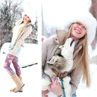 Cómo combinar: leggings con print de flores morado, pantalones cortos vaqueros celestes, jersey de cuello alto blanco, cazadora de aviador acolchada en beige