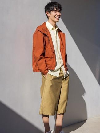 Combinar unos pantalones cortos marrón claro: Para crear una apariencia para un almuerzo con amigos en el fin de semana empareja un chubasquero naranja junto a unos pantalones cortos marrón claro. Tenis blancos son una opción grandiosa para completar este atuendo.