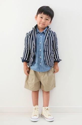 Cómo combinar: zapatillas en beige, pantalones cortos marrón claro, camisa de manga larga de tartán azul, blazer azul marino