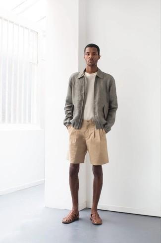 Combinar unos pantalones cortos marrón claro: Intenta combinar una cazadora harrington gris junto a unos pantalones cortos marrón claro para cualquier sorpresa que haya en el día. ¿Por qué no añadir sandalias de cuero marrónes a la combinación para dar una sensación más relajada?