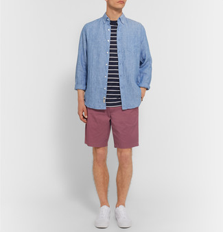 Cómo combinar: tenis blancos, pantalones cortos morado, camiseta con cuello circular de rayas horizontales en negro y blanco, camisa de manga larga de cambray azul