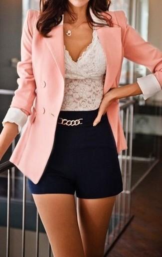 Cómo combinar: colgante dorado, pantalones cortos negros, blusa sin mangas de encaje blanca, blazer cruzado rosado