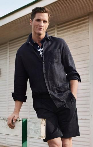 Cómo combinar: pantalones cortos negros, camisa polo de rayas horizontales en azul marino y blanco, camisa de manga larga de lino negra