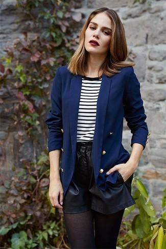 Cómo combinar: medias negras, pantalones cortos de cuero negros, camiseta con cuello circular de rayas horizontales en blanco y negro, blazer cruzado azul marino