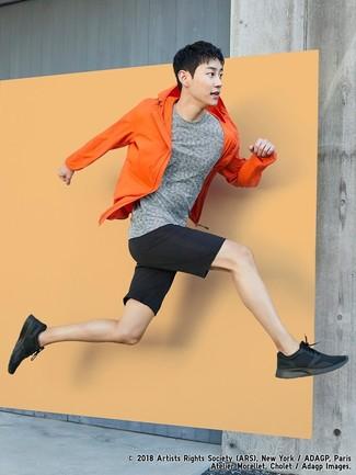 Cómo combinar: deportivas negras, pantalones cortos negros, camiseta con cuello circular gris, chubasquero naranja