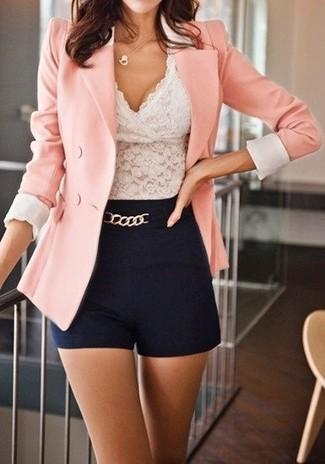 Cómo combinar: pantalones cortos negros, top corto de encaje blanco, blazer cruzado rosado