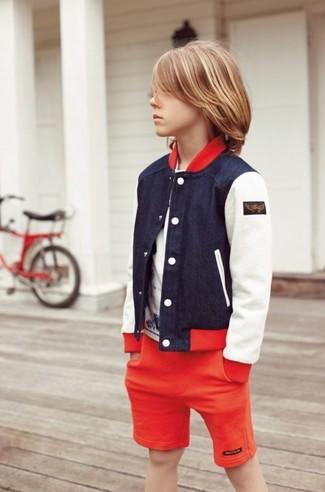 Cómo combinar: pantalones cortos rojos, camiseta blanca, cazadora de aviador azul marino