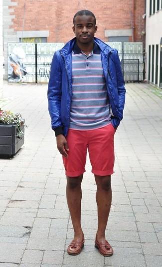Cómo combinar: mocasín con borlas de cuero marrón, pantalones cortos rosa, camisa polo de rayas horizontales azul, chubasquero azul