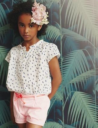 Cómo combinar: pantalones cortos rosados, blusa de manga corta estampada blanca