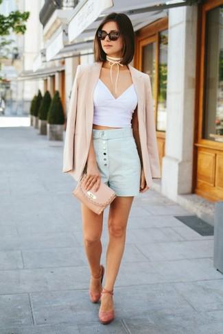 Cómo combinar: zapatos de tacón de ante rosados, pantalones cortos celestes, top corto blanco, blazer en beige