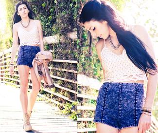 Cómo combinar: botines con cordones de ante marrón claro, pantalones cortos vaqueros con lavado ácido azules, top corto con print de flores en beige, chaqueta motera de cuero en beige