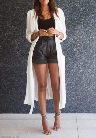 Cómo combinar: sandalias de tacón de cuero en beige, pantalones cortos de cuero negros, top corto negro, gabardina ligera blanca