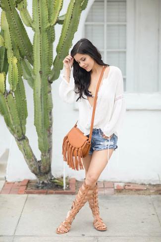 Cómo combinar: sandalias romanas altas de cuero marrón claro, pantalones cortos vaqueros desgastados azules, top de bikini de crochet blanco, blusa campesina blanca