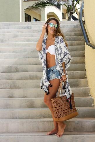 Cómo combinar: bolsa tote de cuero en tabaco, pantalones cortos vaqueros azules, top de bikini blanco, quimono estampado blanco