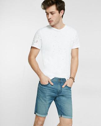 Cómo combinar: pantalones cortos vaqueros azules, camiseta con cuello circular blanca