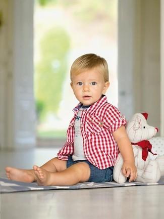 Cómo combinar: pantalones cortos vaqueros azules, camiseta estampada gris, camisa de manga corta de tartán roja