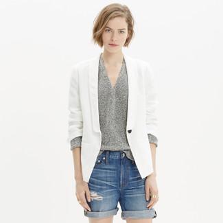 Cómo combinar: pantalones cortos vaqueros desgastados azules, jersey de pico gris, blazer de lino blanco