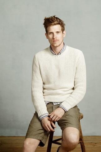 Cómo combinar: pantalones cortos verde oliva, camisa de manga larga de rayas verticales gris, jersey con cuello circular de punto blanco